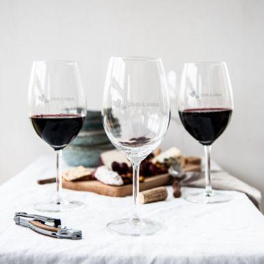 Rode wijnglazen met naam graveren